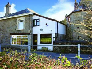 Self catering breaks at Admiral Cottage in Tregrehan Mills, Cornwall